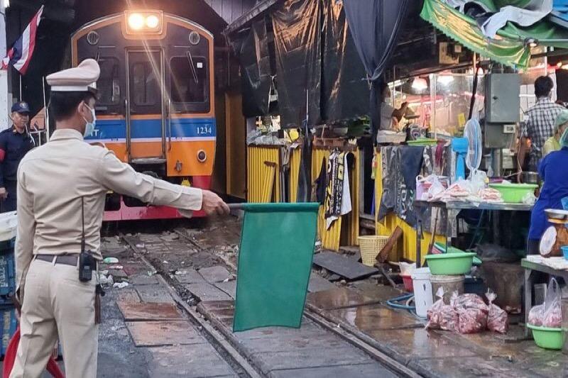 VIDEOCLIP | De trein van Mahachai naar Wongwian Yai rijdt ook weer