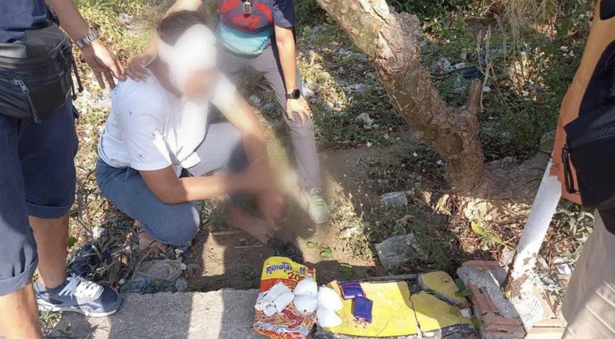 Verdachte drugsdealer in Chonburi gaat er met de motor onderuit, politie vindt 2000 methamfetamine pillen thuis