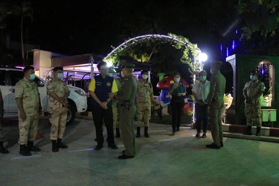 Politieagenten in het gebied van Pattaya zoeken in alle hoeken en gaten naar overtreders van de Covid19 maatregelen