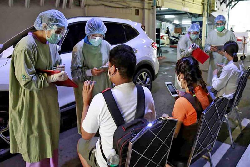 Enkele ziekenhuizen in Bangkok sturen patiënten voor sneltesten de straat op!