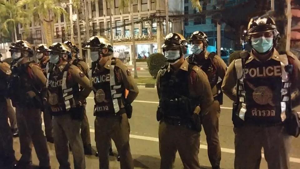 VIDEO | De 2 weekse sluiting van uitgaansgelegenheden in Pattaya is vandaag begonnen, politie trok de stad in om waarschuwingen uit te delen.