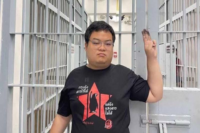 """Ratsadon-demonstratieleider Parit Chiwarak alias """"de pinguïn"""" blijft """"voorlopig"""" in hechtenis"""
