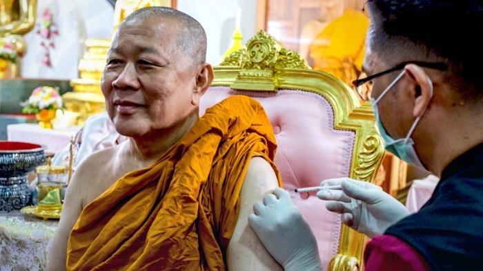 71-jarige Thaise monnik komt na vaccinatie tegen Covid19 virus te overlijden