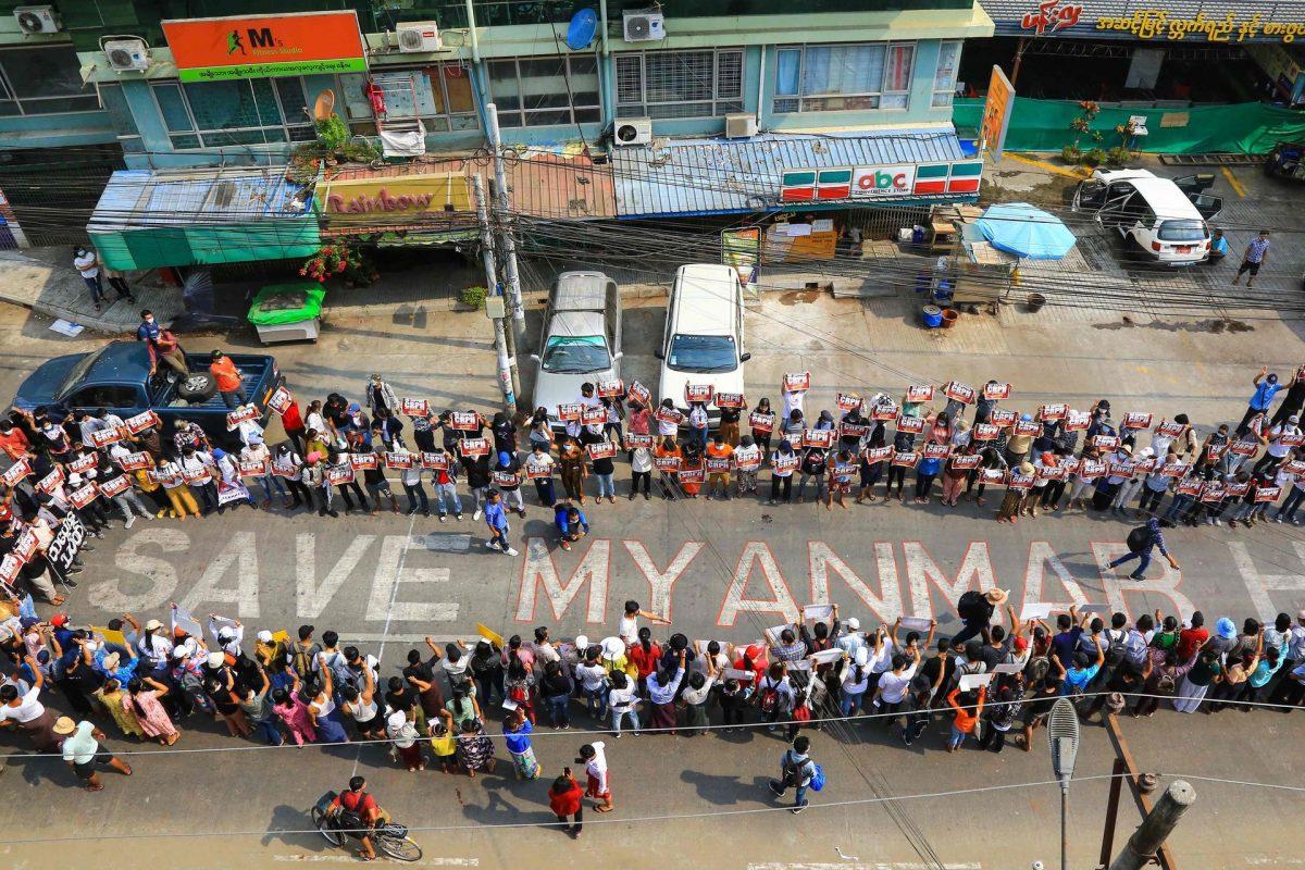 Aan de kant van de Thaise grens proberen ze de doden in Myanmar te tellen
