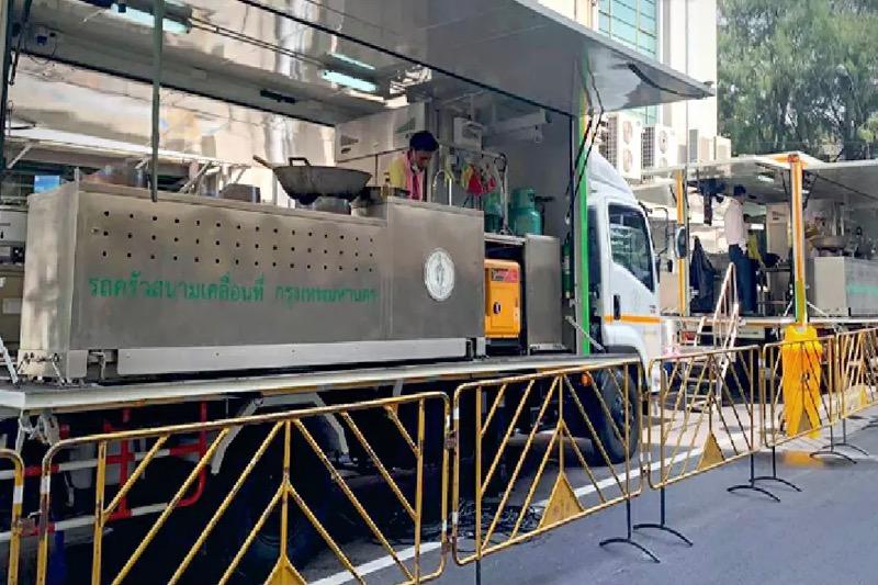 Bangkok zet een mobiele keuken in om het verpleging van ziekenhuizen en veldhospitalen te ondersteunen