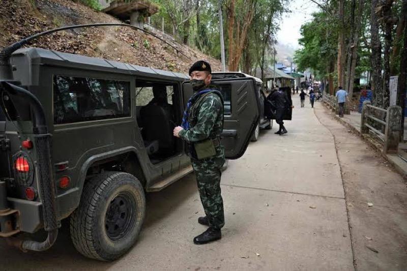 Het Thaise leger helpt Covid19 patiënten naar het ziekenhuis te komen