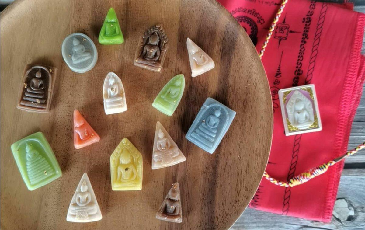 Thaise snoepwinkel krijgt gemengde beoordelingen over boeddhistische snoepjes in amulet-vorm
