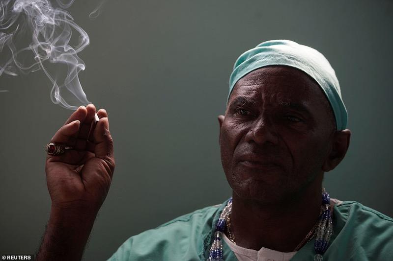 Cubaanse genezer gebruikt een machete en schrijft een medicijn voor een halve fles rum uit om het Covid19 virus te verslaan