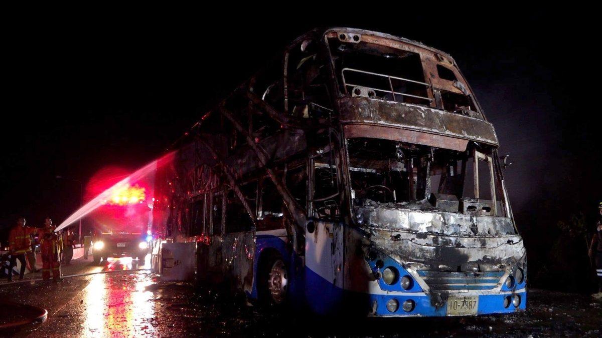 Dubbeldeks bus vat in Khon Kaen vlam: 5 doden, 12 ernstig gewond