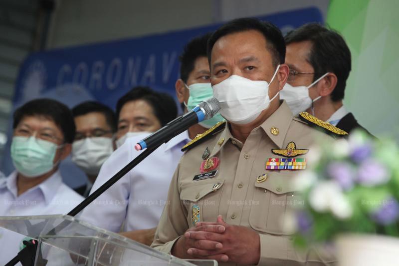 Minister Anutin van gezondheid wijst incompetentie van de hand
