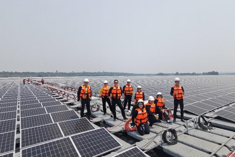 Het zonne-energieproject op de Sirindhorn-dam gaat in bedrijf
