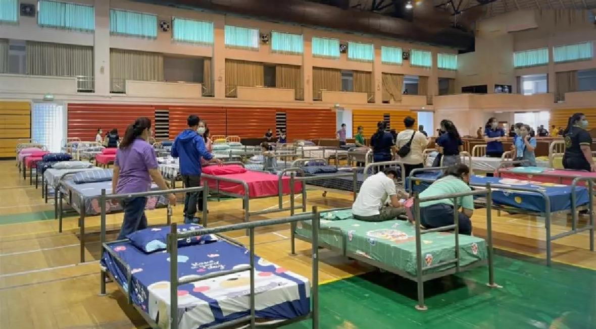 Dit is een veldhospitaal, geen motel, zo beklaagt een Thaise vrouw zich over een andere patiënt
