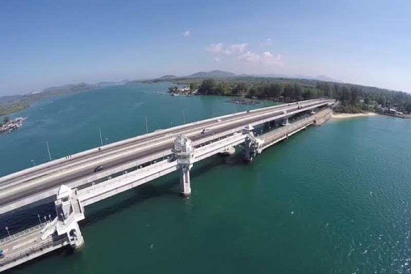 Phuket sluit 's nachts de Sarasin-brug