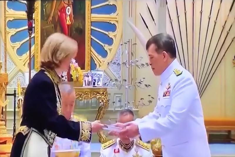 De nieuwe ambassadrice van België, mw. de Cartier d'Yves overhandigde gisteren de geloofsbrieven aan Koning Maha X