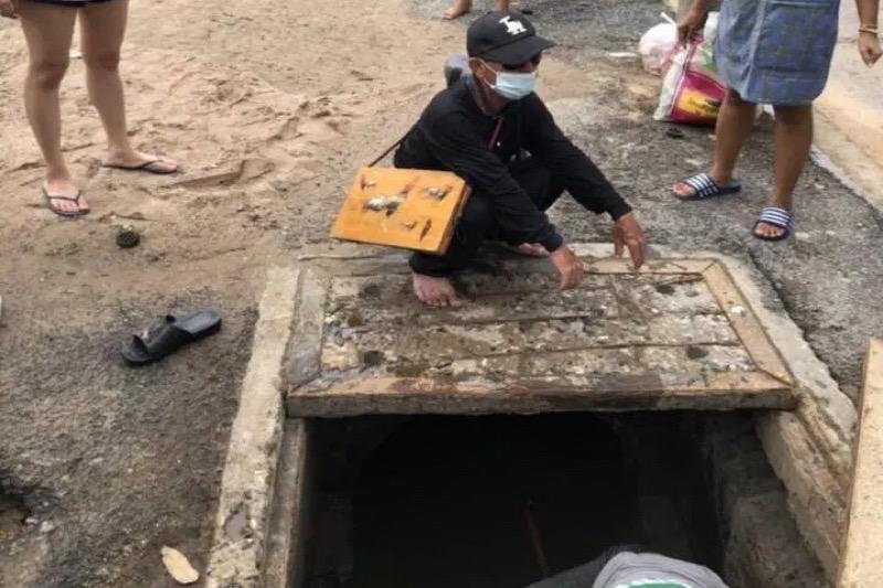 Blinde loterijverkoper valt in Pattaya in een open rioolput!