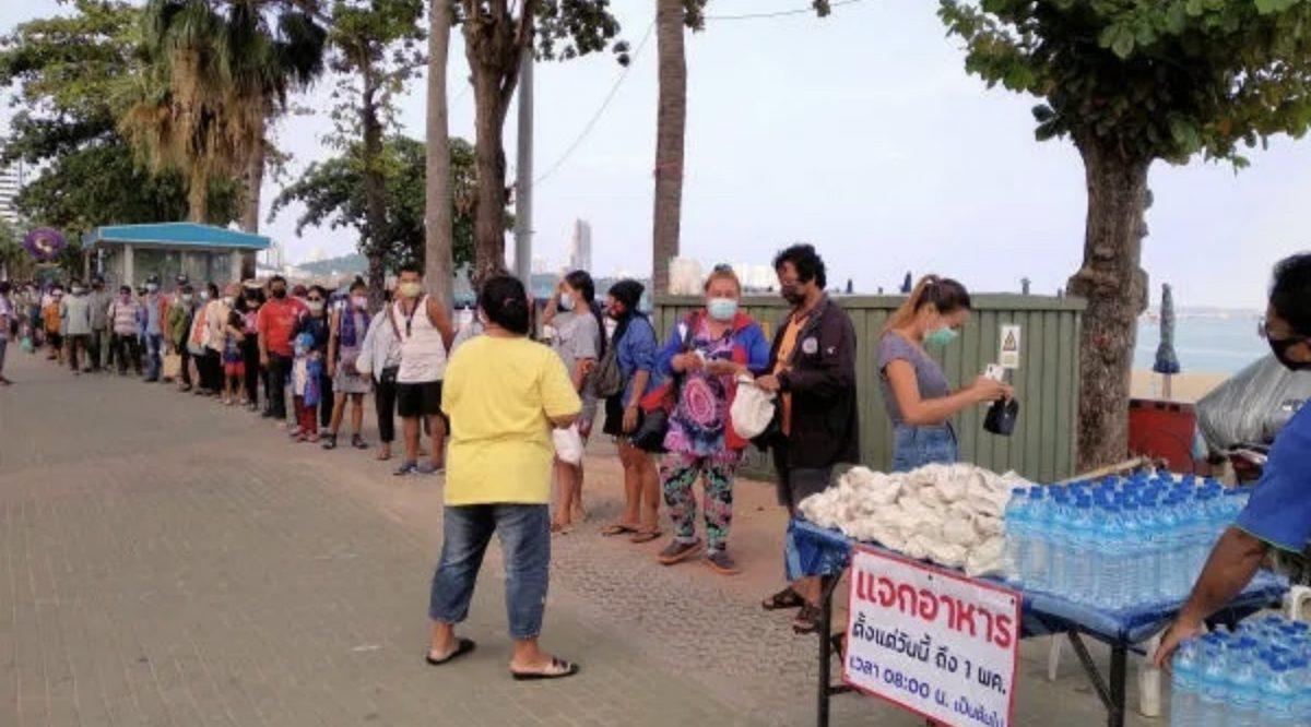 Een groep expats en Thais delen elke dag op Beach Road van Pattaya maaltijden uit om mensen in nood tijdens de Covid19 crisis te helpen
