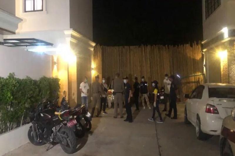 De politie van Pattaya valt het verjaardagsfeestje binnen wegens vermeende schending van de Covid19 regels en arresteert 28 mensen, waaronder 25 buitenlanders en 3 Thais