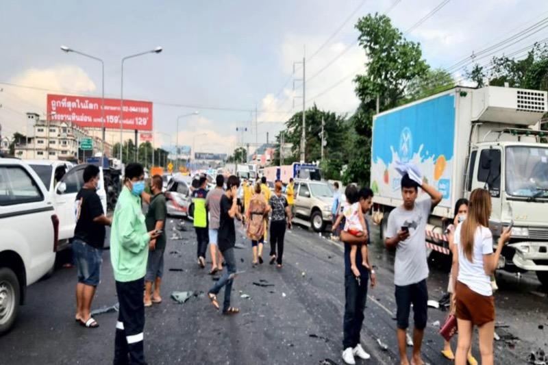 Vrachtwagenchauffeur in Korat trapt door zijn remmen en ramt 27 auto's