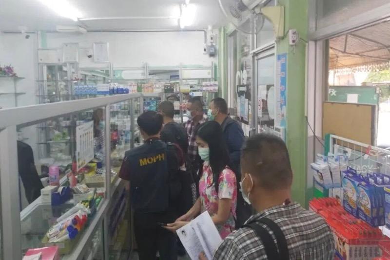 Politie doet inval bij een apotheek in Pattaya wegens verkoop van hoeststroop, de apothekeres werd gearresteerd