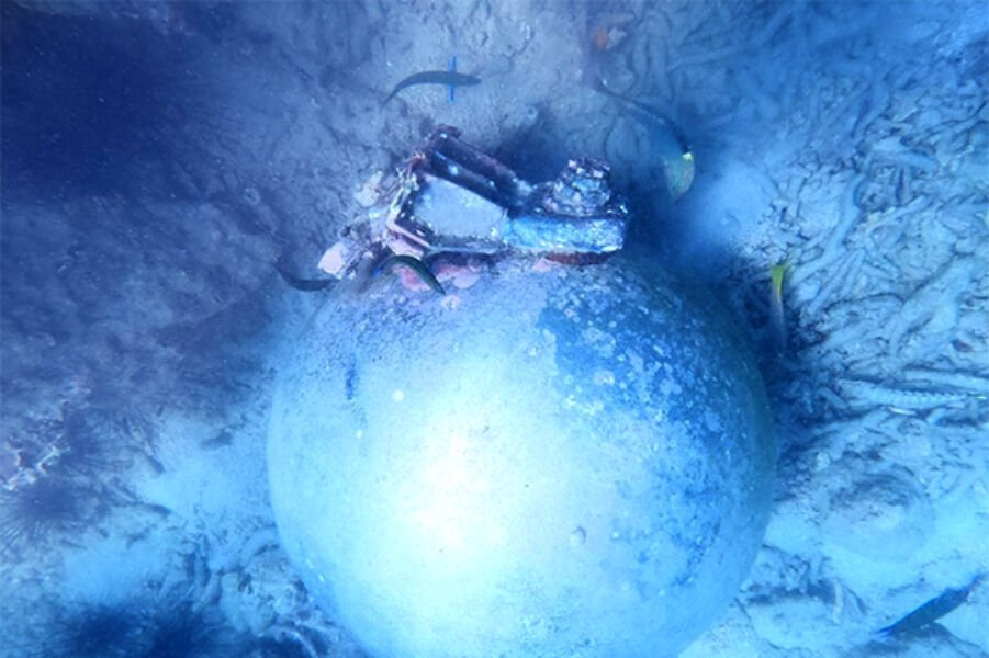 De nog NIET geïdentificeerde metalen bol onder water bij Phuket is GÉÉN bom!