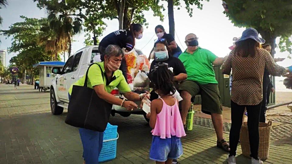 VIDEOCLIP   Vrijgevige Nederlander deelt ter gelegenheid van zijn verjaardag gratis eten uit aan behoeftigen in Pattaya