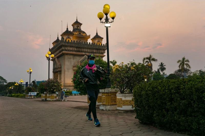 Thailand schenkt geld en uitrusting aan Laos om de uitbraak van Covid-19 te helpen bestrijden