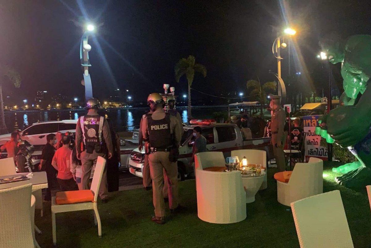 De politie van Pattaya doet een inval in het restaurant Sky Mountain Laem Bali Hai en arresteert 32 Thaise en buitenlandse gasten