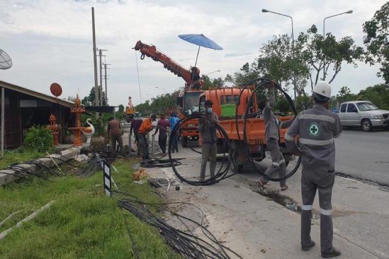 Storm in Pattaya en Chonburi veroorzaakt plaatselijke schade, breekt elektriciteitspalen, bomen en bouwbarrières neer