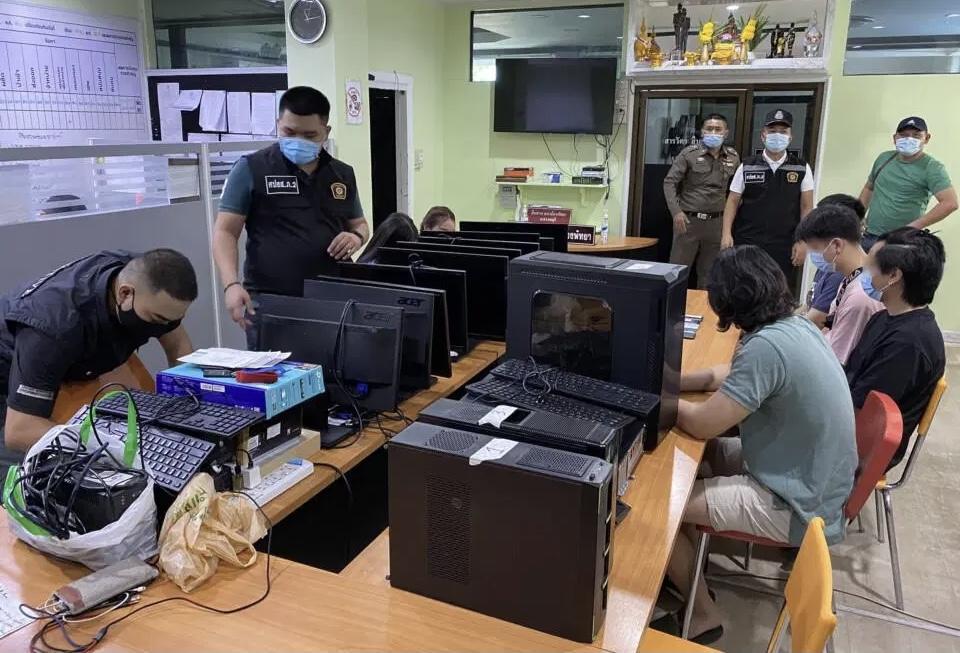 VIDEOCLIP | De cyber-taskforce van de politie Pattaya arresteerde zes verdachten die naar verluidt illegale gokwebsites runnen