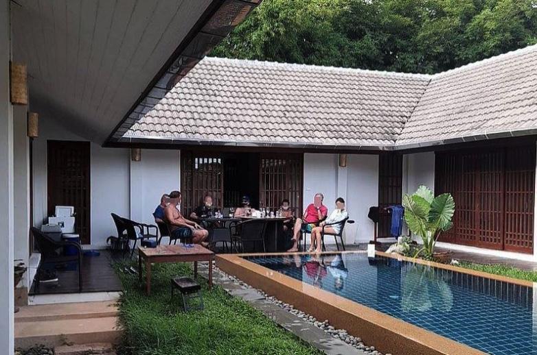 Britse burgers hebben elk een boete van 6.000 baht opgelopen voor een 'illegaal feest' in Phuket
