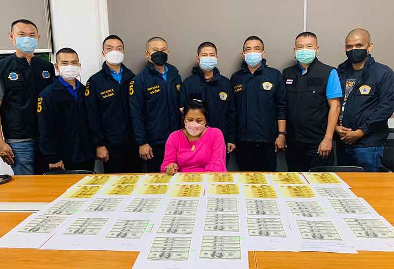 Politie Bangkok arresteert vrouw met grote hoeveelheden vals geld, die door een warenhuis aan Silom Road slenterde