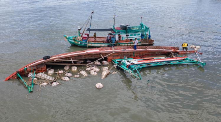 Vrachtschip loopt in Trat aan de grond waarna het kapseist en de levende have bestaande uit varkens verdrinkt.