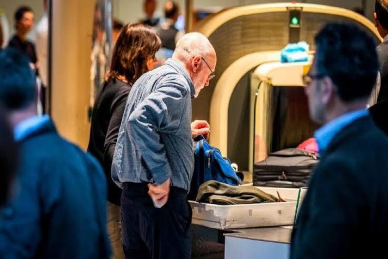 Schiphol gaat volledig over op CT-scans, u hoeft nooit meer vloeistoffen en elektronica uit de tas te halen