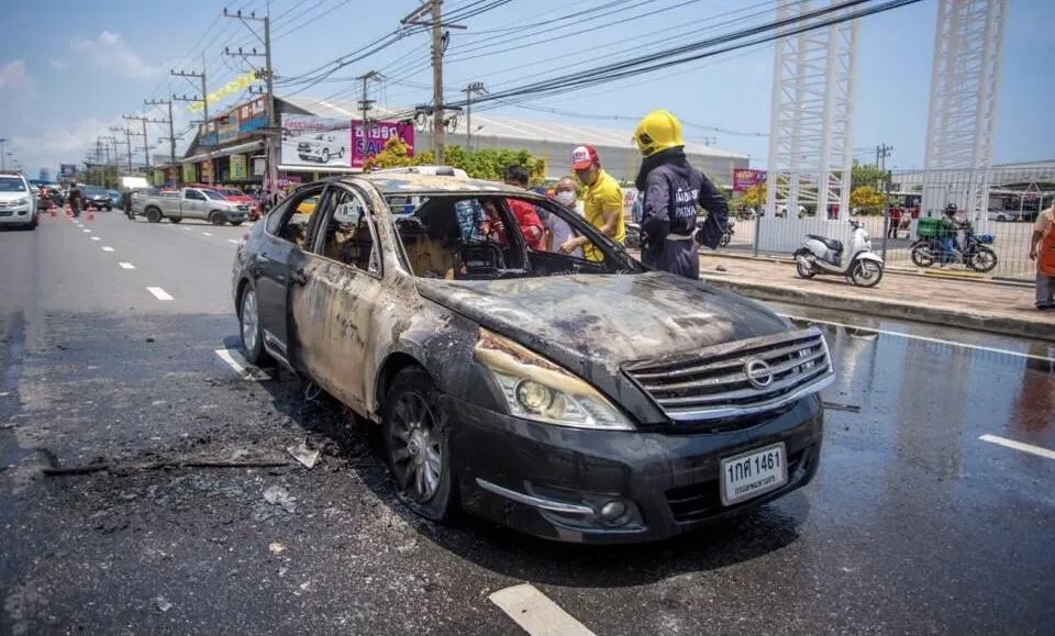 Thaise man claimt één miljoen baht verloren te hebben toen zijn auto in brand vloog in Pattaya, hij was naar verluidt op weg naar de bank