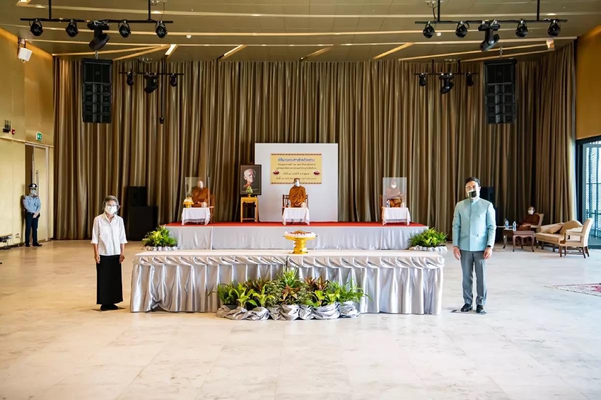 Aanhangers van een gerespecteerde overleden monnik in Rayong doneren voor de 26ste keer goud aan de Thaise staatsbank