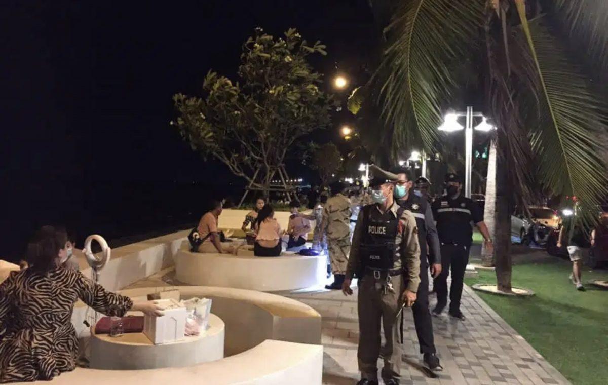 Op strand van Bangsaen blijven de mensen de Covid19 maatregelen overtreden, strandafsluiting dreigt