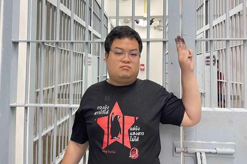 De Thaise activist Parit Chiwarak zou zijn overgebracht naar ziekenhuis vanwege zijn tanende gezondheid