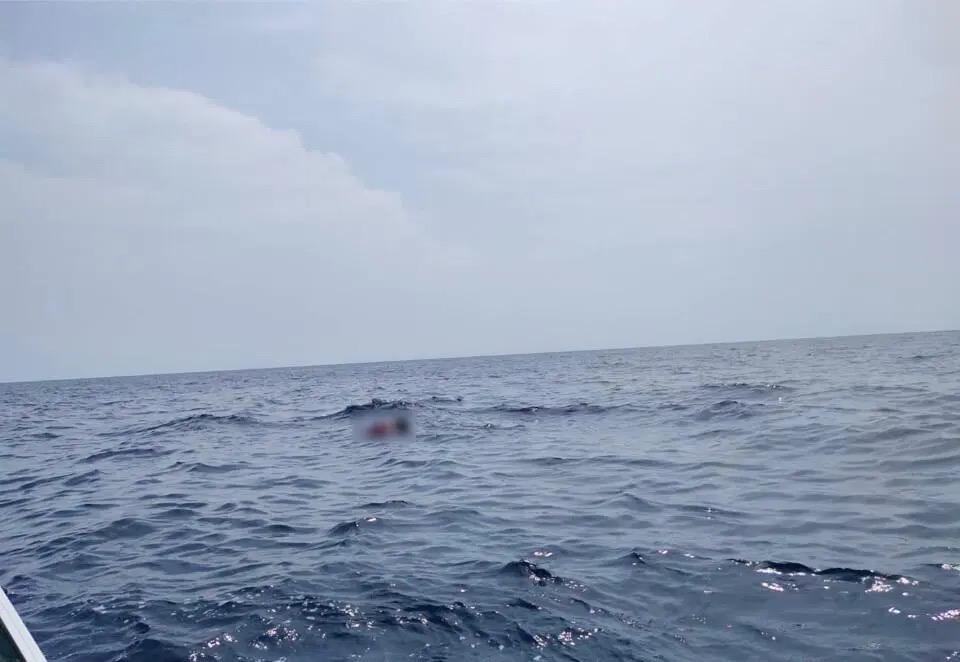 Eén dode, en nog één visser vermist nadat de zware storm een inktvisvissersboot bij Rayong liet kapseizen