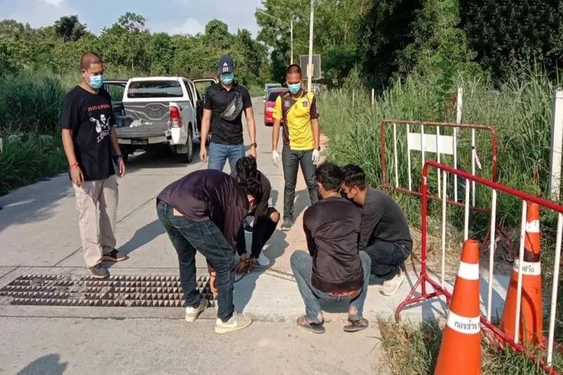 VIDEO | De politie van Pattaya arresteert verdachten voor het stelen van rioolroosters in Nongprue om hun drugsgebruik te financieren