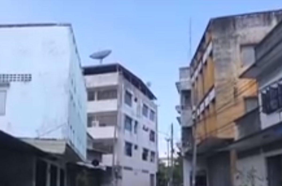 VIDEOCLIP | Skateboarder rijdt van een 5-verdiepingen tellend gebouw in Trang en komt om het leven