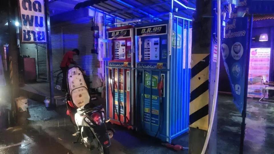 VIDEOCLIP   Klant raakt ernstig gewond door elektrische schok bij een benzineautomaat in Pattaya
