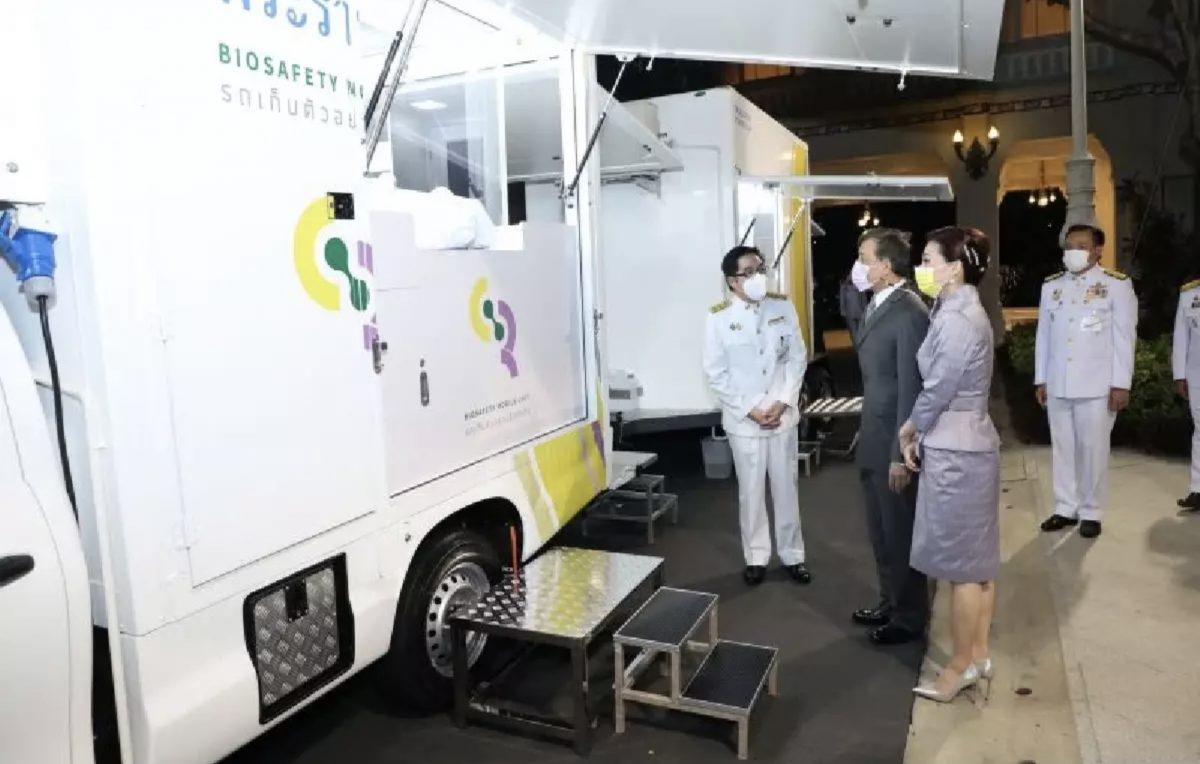 De Thaise Koning Vajiralongkorn en zijn gemalin hebben bioveiligheidsvoertuigen voor Covid-19-tests gedoneerd