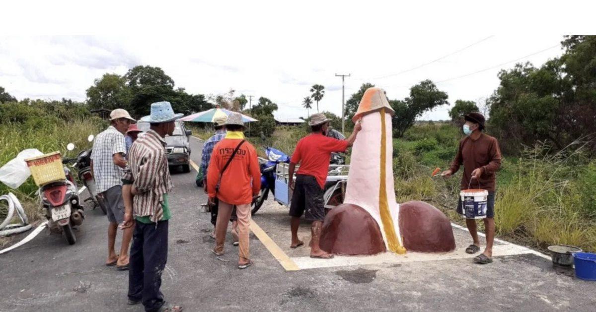 Lokale dorpsbewoners in Chachoengsao bouwen enorme fallus voor ceremonie om regen te maken