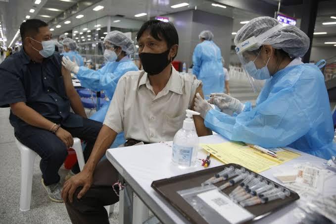 Vaccinatie voor Nederlander in Thailand is knap lastig: Kees ergert zich groen en geel aan ambassade