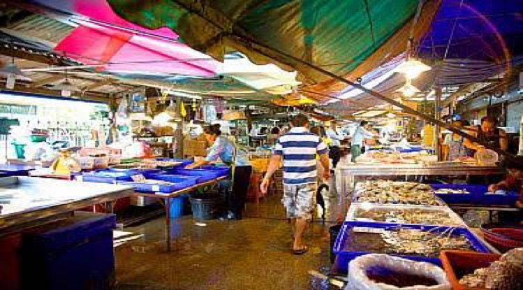 De vismarkt van Naklua wordt een toeristische attractie