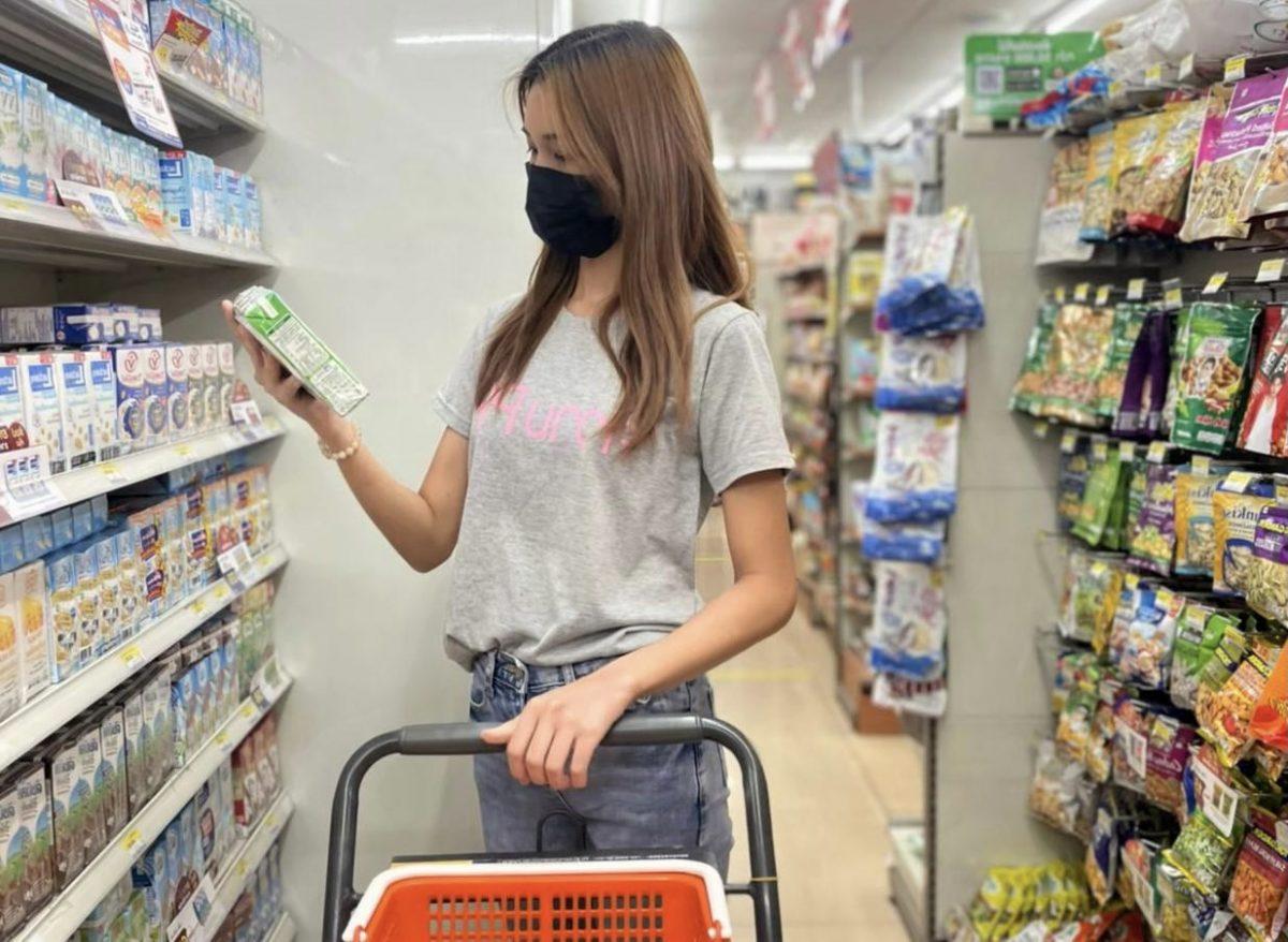 De Thaise bevolking tijdens het winkelen terughoudend met geld uitgeven