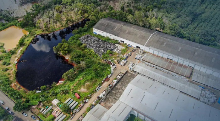 Een afvalfabriek in Rayong moet dokken omdat het naar verluidt landbouwgrond hebben verontreinigd