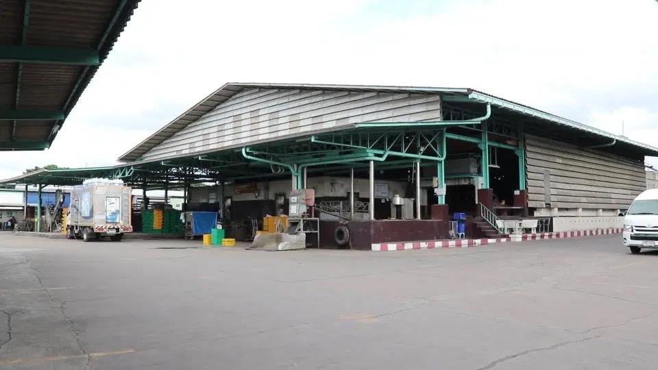 De Covid19 uitbraak in een Ijsfabriek in Si Racha beïnvloedt ijsverkoop in Chonburi, eigenaren van ijsfabrieken verzekeren het publiek dat ijsblokjes veilig zijn