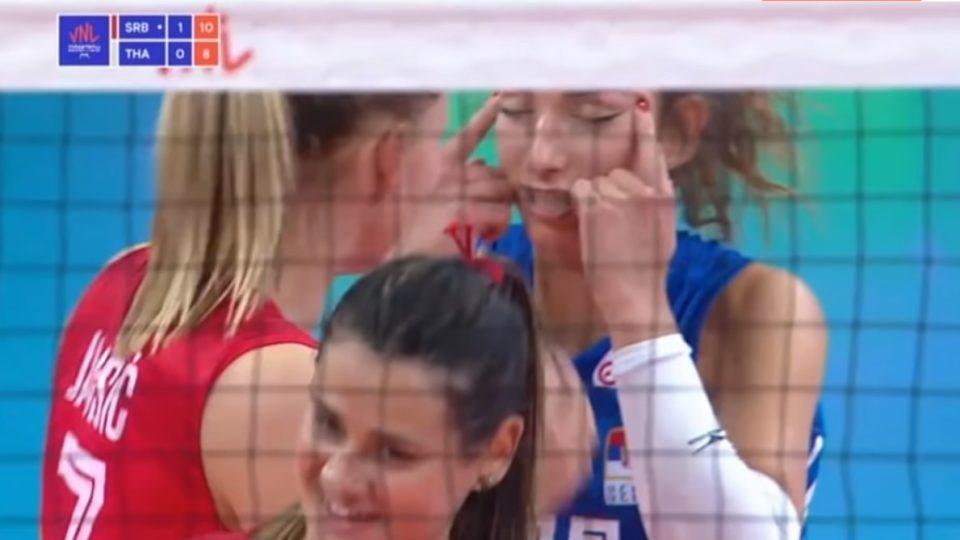 Servische volleybalster geschorst om racistisch gebaar: 'Was misverstand'