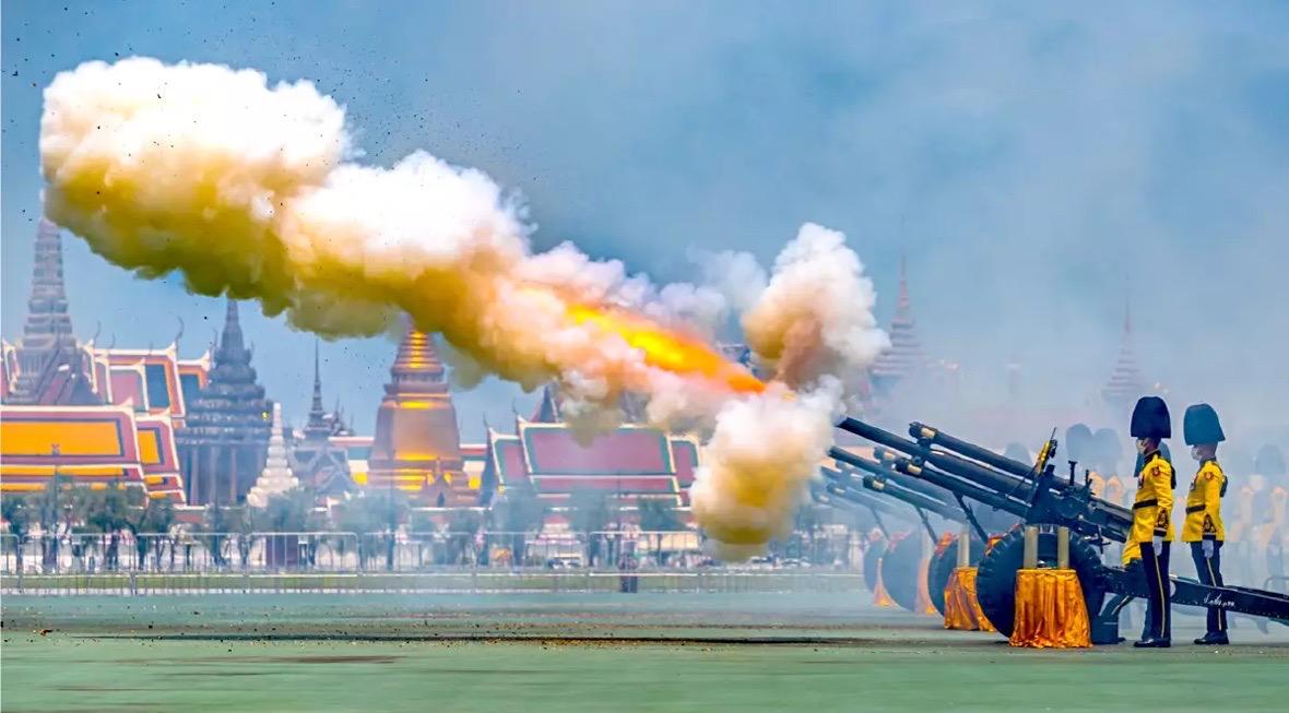 De verjaardag van Hare Majesteit Suthida werd gisteren opgeluisterd met 21 saluutschoten